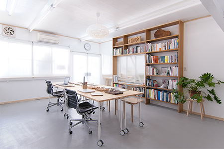 Kobe Studio is an interior renovation project for 24d-studio office and workshop space in Japan.